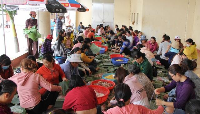 Phú Yên: Hơn 500 người dân gói bánh chưng tặng đồng bào vùng lũ - 1