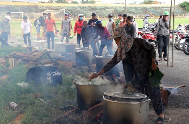 Phú Yên: Hơn 500 người dân gói bánh chưng tặng đồng bào vùng lũ - 10