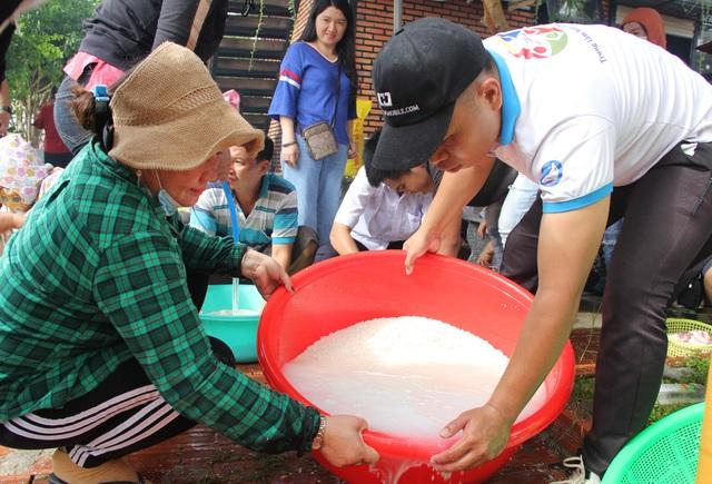 Phú Yên: Hơn 500 người dân gói bánh chưng tặng đồng bào vùng lũ - 2