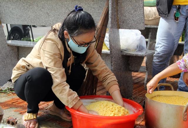 Phú Yên: Hơn 500 người dân gói bánh chưng tặng đồng bào vùng lũ - 3
