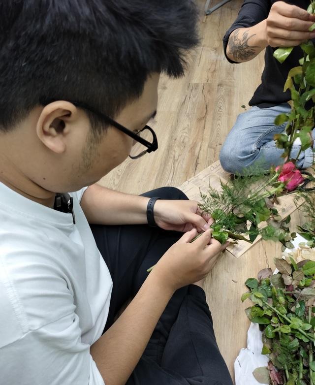 Nụ cười rạng rỡ của những cô lao công khi được tặng hoa ngày 20/10 - 5