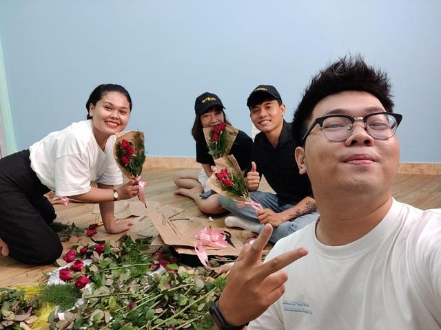 Nụ cười rạng rỡ của những cô lao công khi được tặng hoa ngày 20/10 - 3