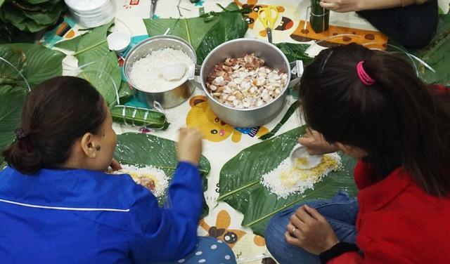 Người dân góp gạo thịt, xuyên đêm nấu bánh chưng cứu trợ đồng bào vùng lũ - 6