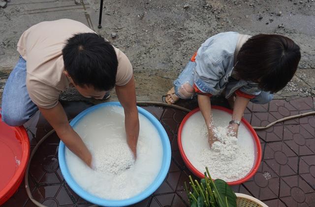 Người dân góp gạo thịt, xuyên đêm nấu bánh chưng cứu trợ đồng bào vùng lũ - 3
