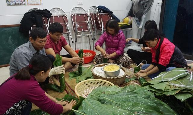 Người dân góp gạo thịt, xuyên đêm nấu bánh chưng cứu trợ đồng bào vùng lũ - 5