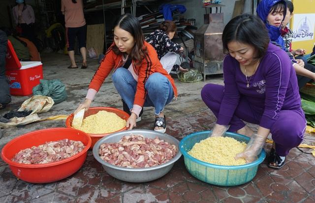 Người dân góp gạo thịt, xuyên đêm nấu bánh chưng cứu trợ đồng bào vùng lũ - 4