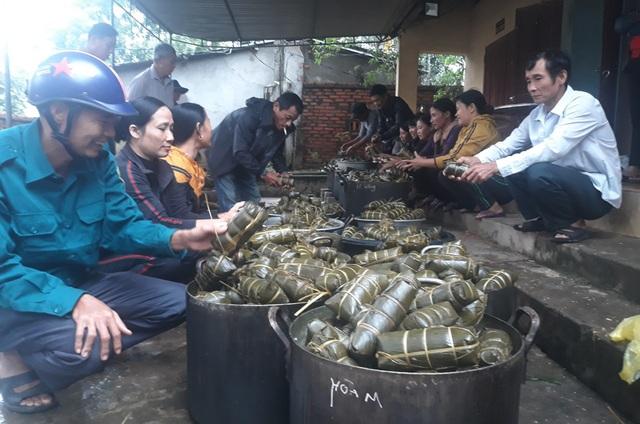 Người dân góp gạo thịt, xuyên đêm nấu bánh chưng cứu trợ đồng bào vùng lũ - 8