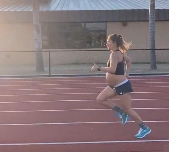 Mang thai 9 tháng, cô gái vẫn lập thành tích chạy đầy ấn tượng - 1