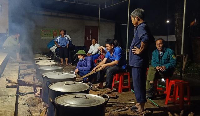 Người dân góp gạo thịt, xuyên đêm nấu bánh chưng cứu trợ đồng bào vùng lũ - 7