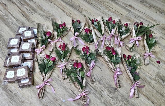 Nụ cười rạng rỡ của những cô lao công khi được tặng hoa ngày 20/10 - 2