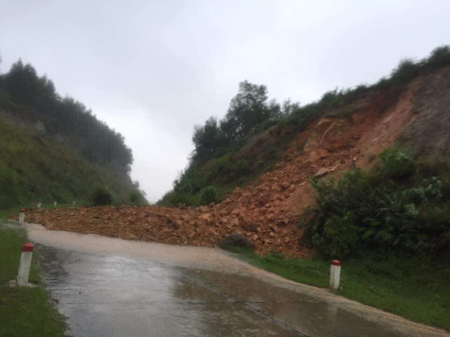 Hà Tĩnh: Mưa lũ khiến 4 người tử vong, nhiều tuyến đường nứt toác - 9