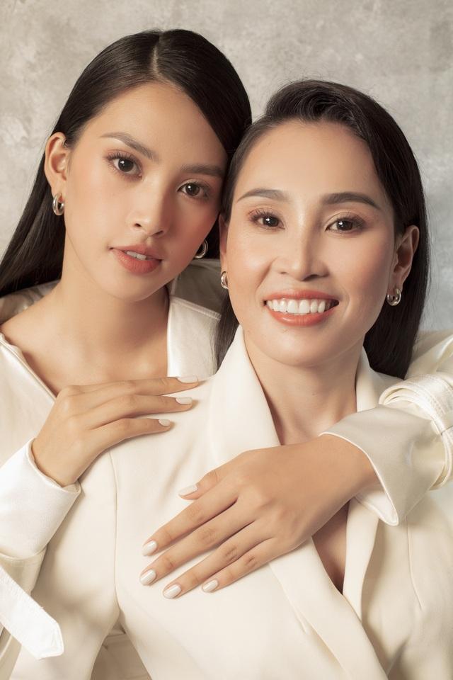 Hoa hậu Trần Tiểu Vy: Người phụ nữ đẹp nhất chính là mẹ - 1