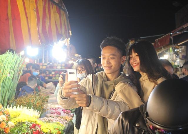 Nửa đêm, dân Thủ đô tấp nập đội mưa, kéo nhau đi mua hoa dịp 20/10 - 9