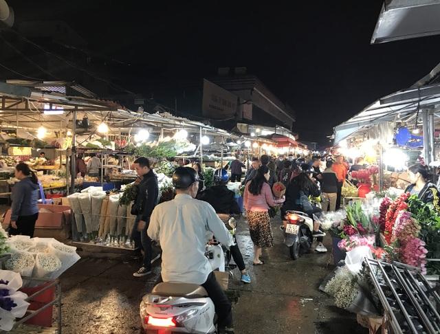 Nửa đêm, dân Thủ đô tấp nập đội mưa, kéo nhau đi mua hoa dịp 20/10 - 4