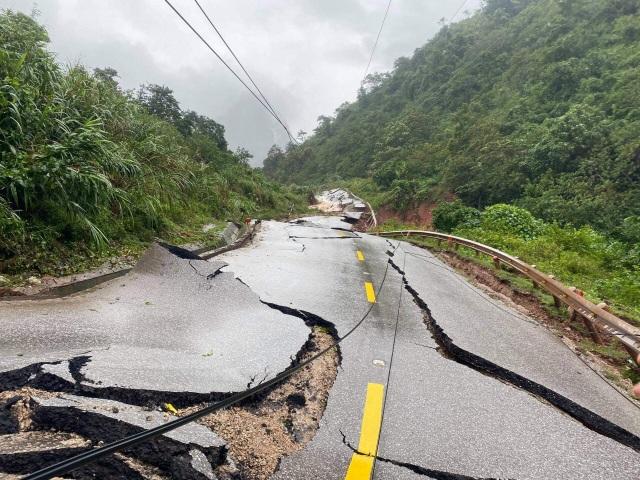 Hạ tải khối đất bị sạt trượt để thông xe Quốc lộ 12A - 2