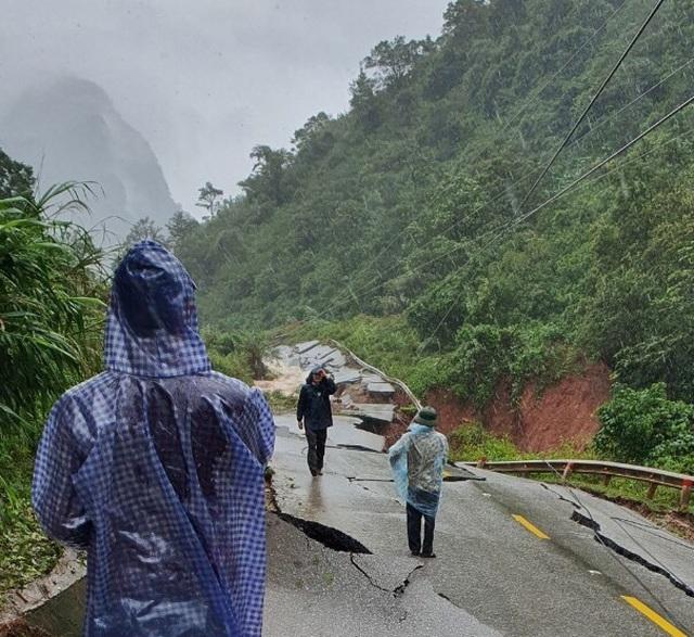 Quốc lộ trước đồn biên phòng bị xé toang, nhiều người nhập cảnh mắc kẹt - 1