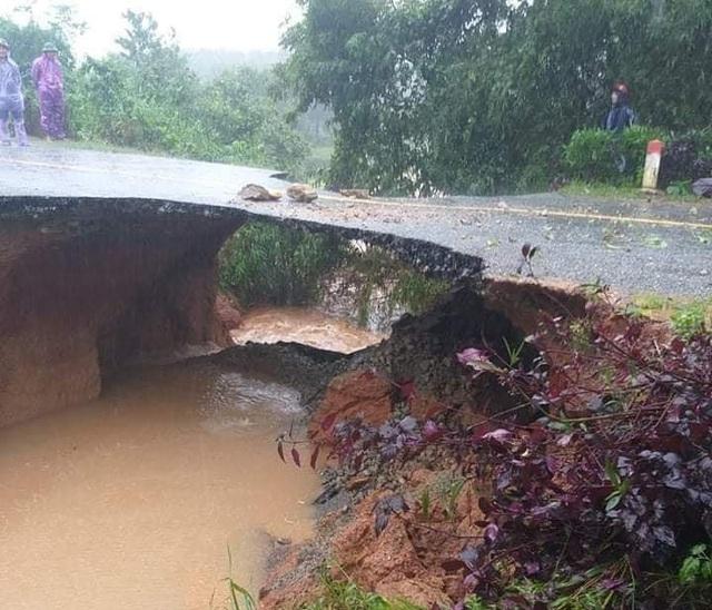 Hà Tĩnh: Mưa lũ khiến 4 người tử vong, nhiều tuyến đường nứt toác - 8