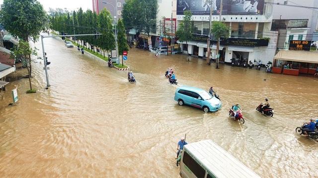 Đường phố Cần Thơ mênh mông như sông, dòng phương tiện bì bõm lội - 8