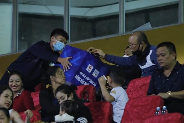 Những ngôi sao bóng đá Việt Nam chung tay ủng hộ miền Trung - 3