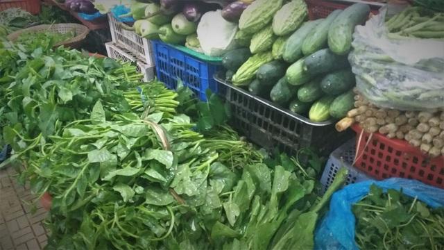 Mưa lũ kéo dài, rau xanh tại Đà Nẵng có nơi tăng 3-4 lần so với ngày thường - 2