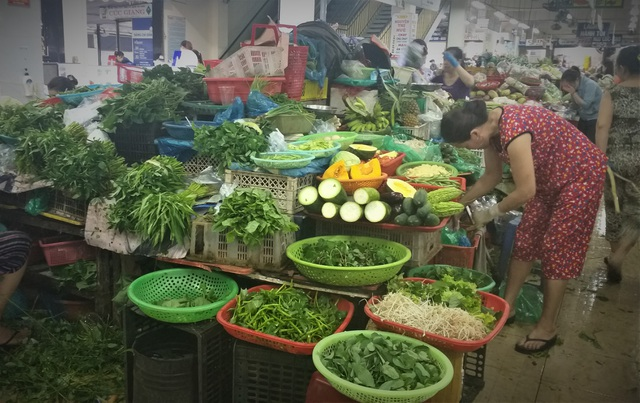 Mưa lũ kéo dài, rau xanh tại Đà Nẵng có nơi tăng 3-4 lần so với ngày thường - 1