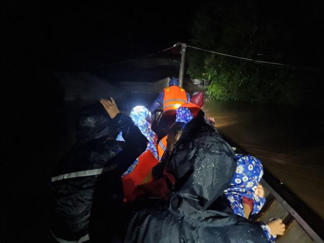 Nhóm bạn trẻ dùng thuyền vượt lũ, ứng cứu kịp thời 120 người - 5