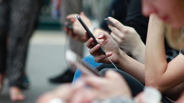 Đàn ông hay phụ nữ nghiện điện thoại hơn? Khoa học đã có câu trả lời - 1