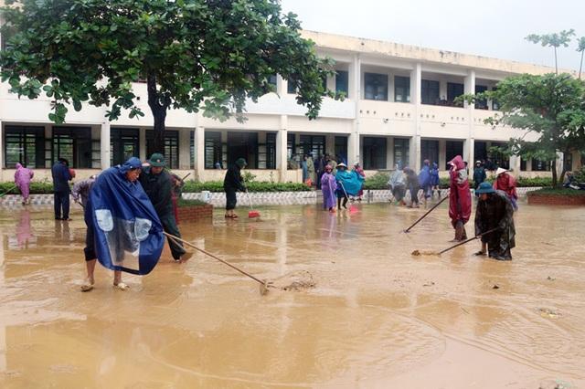 Quảng Bình: Lũ rút, trường học ngổn ngang, bùn đất phủ dày - 7