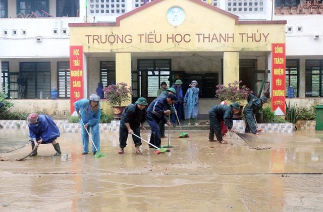 Quảng Bình: Lũ rút, trường học ngổn ngang, bùn đất phủ dày - 6