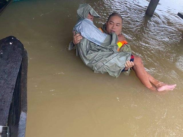 Nhóm bạn trẻ dùng thuyền vượt lũ, ứng cứu kịp thời 120 người - 4