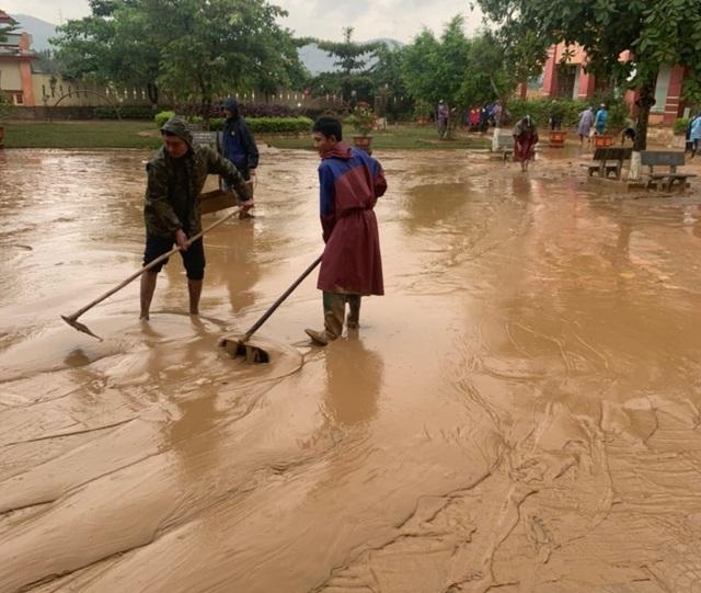 Quảng Bình: Lũ rút, trường học ngổn ngang, bùn đất phủ dày - 1