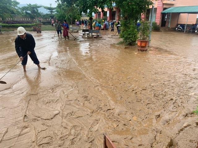 Quảng Bình: Lũ rút, trường học ngổn ngang, bùn đất phủ dày - 10