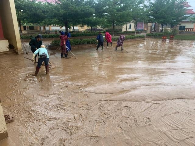 Quảng Bình: Lũ rút, trường học ngổn ngang, bùn đất phủ dày - 13