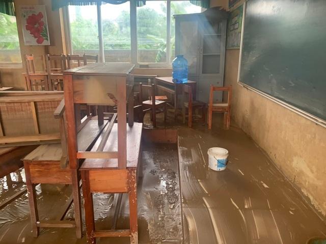 Quảng Bình: Lũ rút, trường học ngổn ngang, bùn đất phủ dày - 2