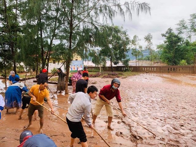 Quảng Bình: Lũ rút, trường học ngổn ngang, bùn đất phủ dày - 11