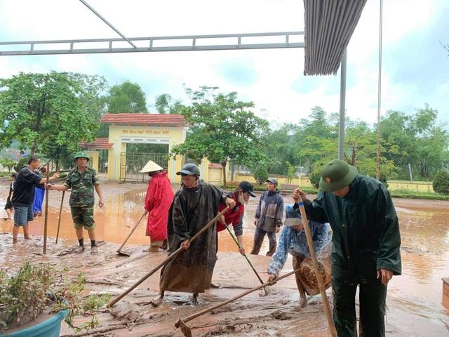 Quảng Bình: Lũ rút, trường học ngổn ngang, bùn đất phủ dày - 8