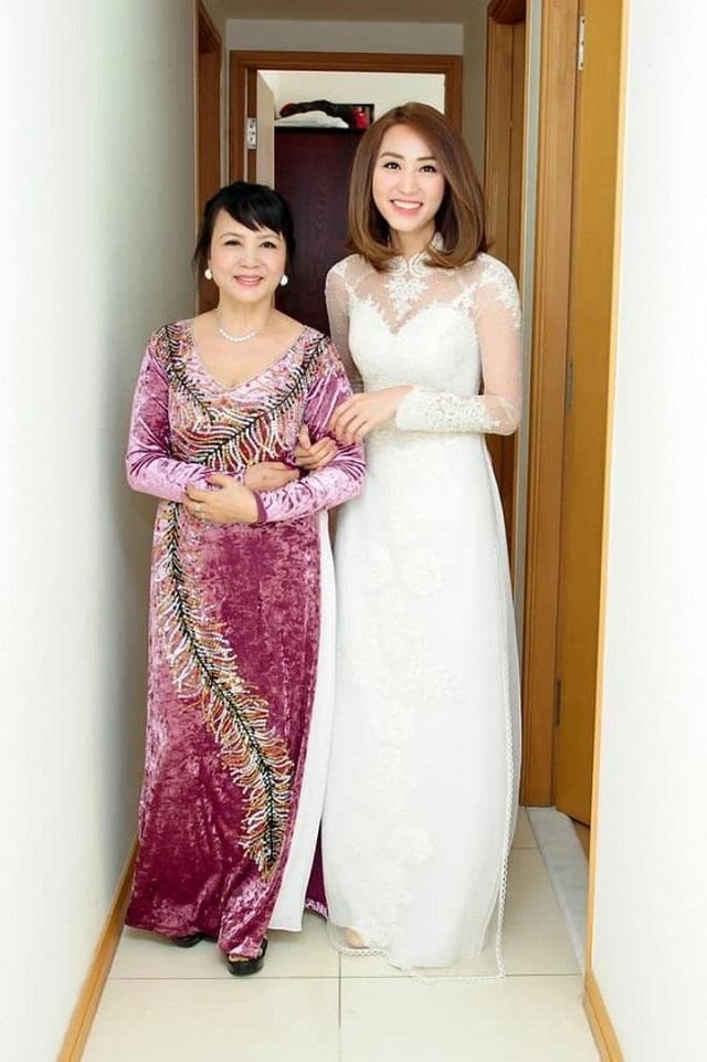 """Sao Việt khoe ảnh đẹp cùng mẹ, """"khoe quà"""" ngày Phụ nữ Việt Nam - 15"""