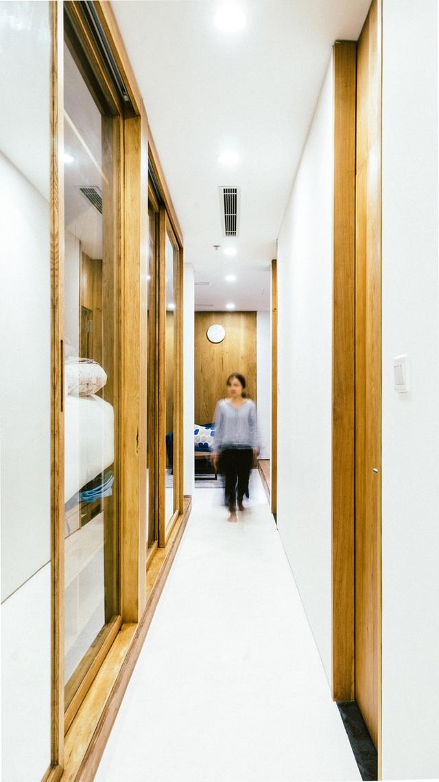 """Chi 950 triệu đồng, vợ chồng ở Sài Gòn """"biến"""" nhà 75m2 như rộng ra gấp đôi - 9"""