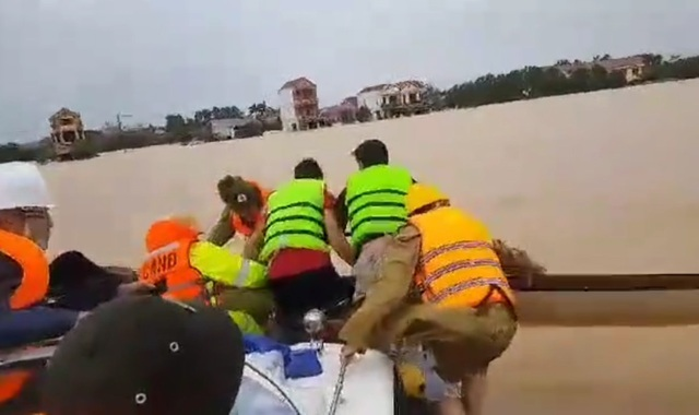 Cứu 4 người bị lật thuyền, chới với giữa dòng lũ - 2
