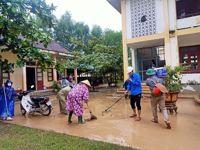 Quảng Bình: Lũ rút, trường học ngổn ngang, bùn đất phủ dày - 4