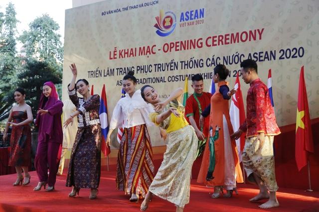 Triển lãm Trang phục truyền thống các nước ASEAN 2020 - 1