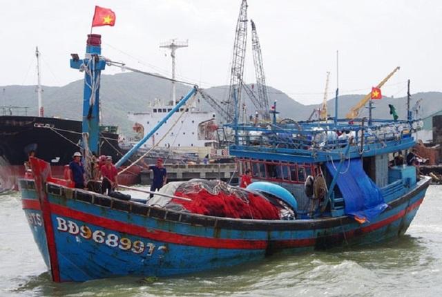 Cứu sống 4 ngư dân trên tàu cá bị chìm trên biển - 1