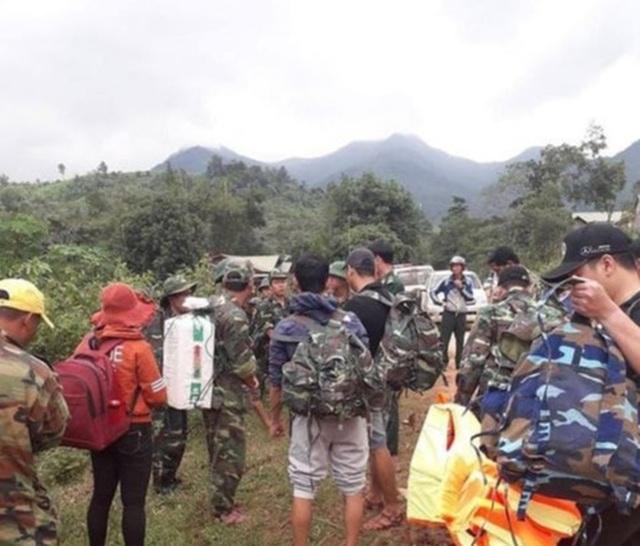 Đường bộ sạt lở, dùng trực thăng thả hàng cứu trợ cho người dân miền núi - 2