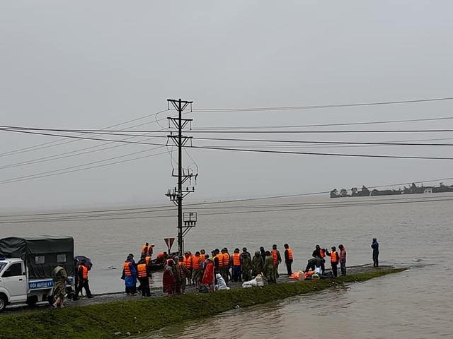 Điểm danh các đoạn đường ngập lụt, sạt lở tại miền Trung - 1