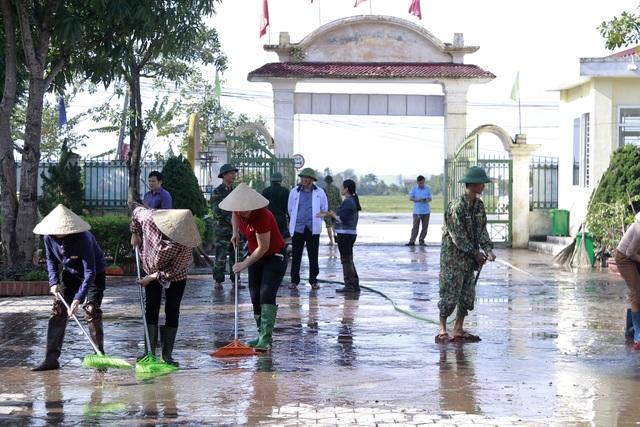Hà Tĩnh: Giáo viên bì bõm lội nước cứu sách vở của học trò - 18