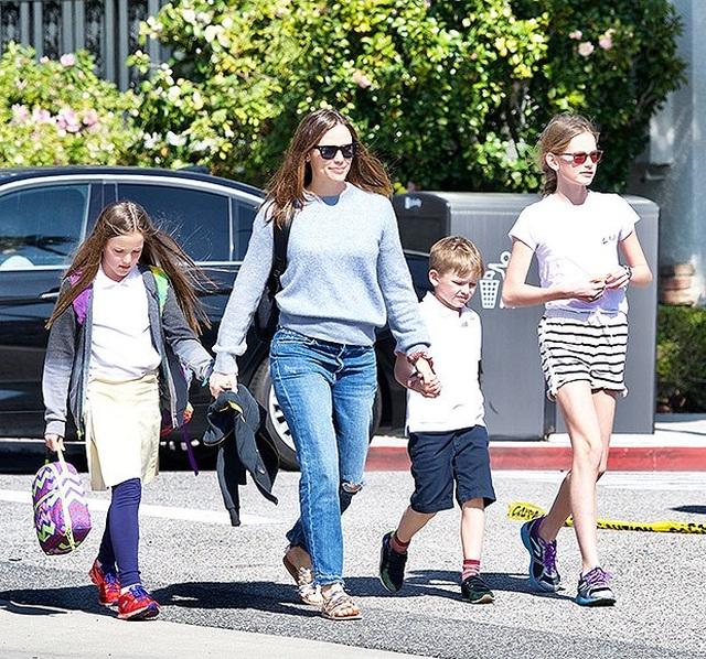 Jennifer Garner và Ben Affleck ly hôn là vì áp lực đến từ… thợ săn ảnh? - 2