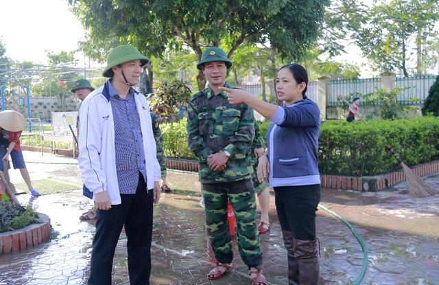 Hà Tĩnh: Giáo viên bì bõm lội nước cứu sách vở của học trò - 21