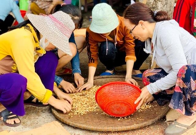Bánh tét, thịt muối, đậu phộng rang gửi đến bà con vùng lũ - 5