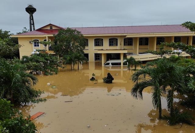 Lũ rút, các bệnh viện ngập sâu tại Quảng Bình đón bệnh nhân trở lại - 2