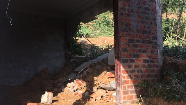 Núi xuất hiện đường nứt lớn, Quảng Bình di dời khẩn cấp 20 hộ dân - 2